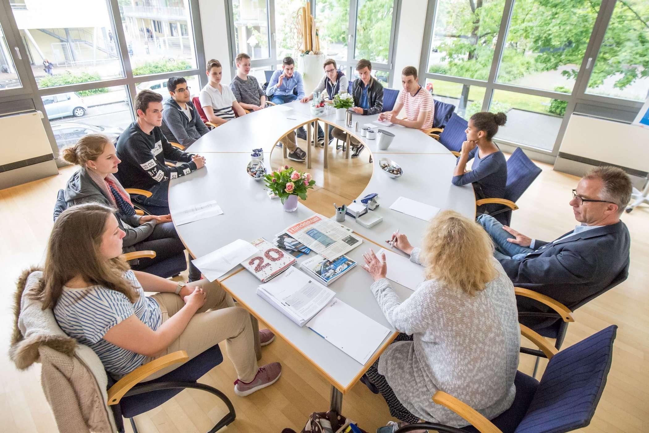 Schülerfirma Alexander-von-Humboldt-Gymnasium: Die Mitarbeiter der Schülerfirma am Alexander-von-Humboldt-Gymnasium bei einer Besprechung.